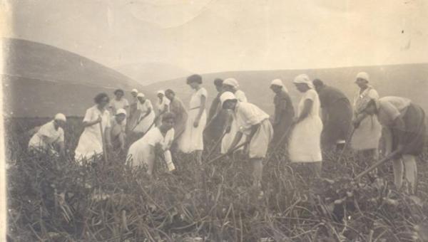 Sejarah MRA Korner: Perempuan tidak memiliki pekerjaan di luar rumah ...